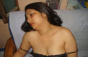 bra wearing sexy mom image