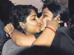 indian girls kissing pic in college compound