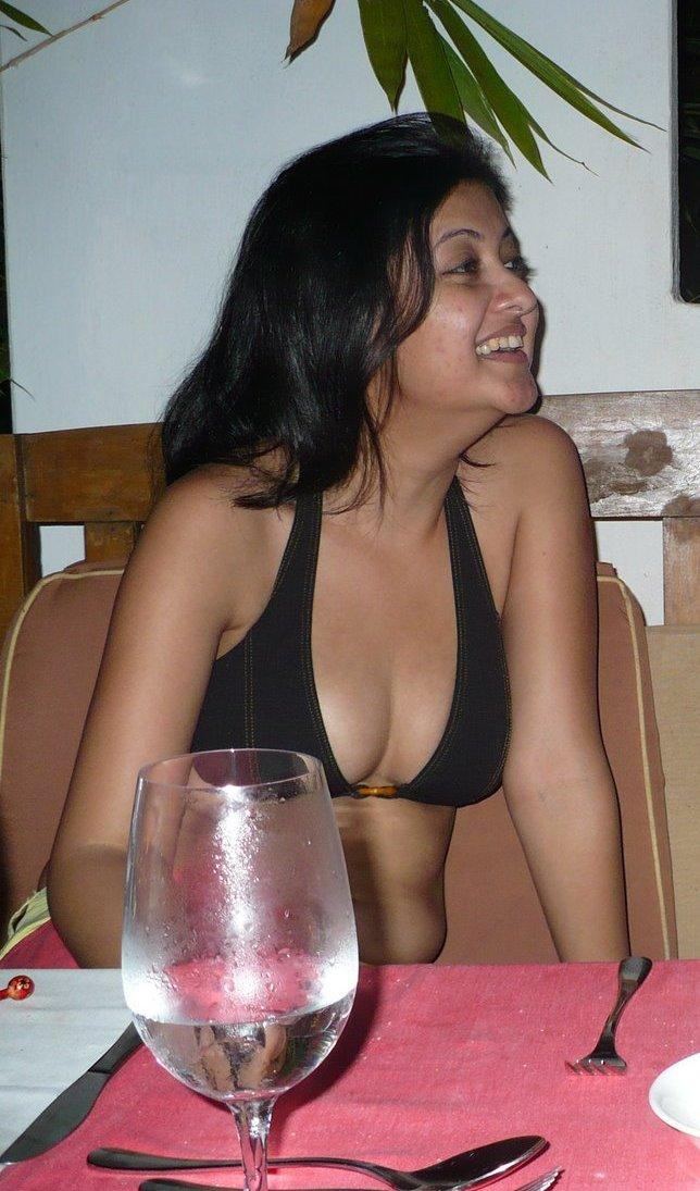 Desi indian aunty showing boobs 2