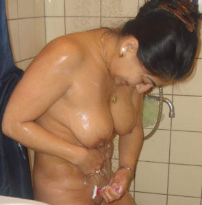 nude babe shaving cunt