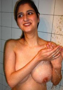 indian girl nude bath
