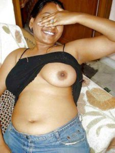 Desi Bhabhi flashing big boobs