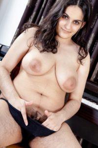 Desi Bhabhi nude big saggy tits