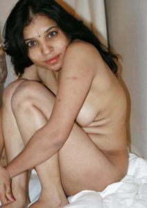desi bhabhi hide her chut