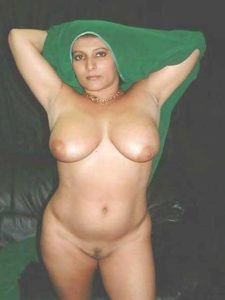Desi Aunty hot stripping nude big tits