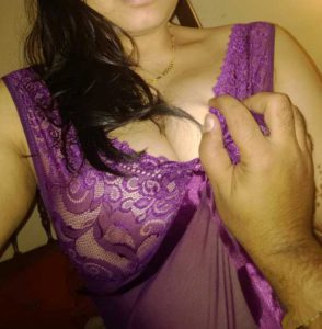 desi bhabhi big boobs pressed in saaree