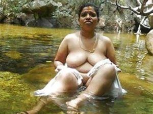 Amateur Bhabhi nude bathing in river pic