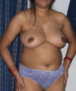 Desi Aunty big round boobs nude hot pic