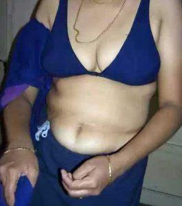 Desi Aunty hot cleavage pic