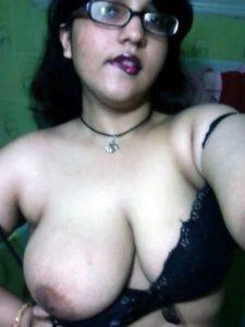 Desi Bhabhi big round boobs pic