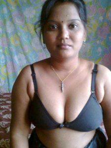 Desi Bhabhi big tits hot cleavage pic