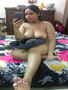 Desi aunty full nude ion bed selfie