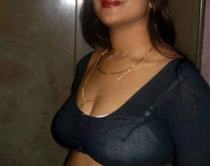 desi indian housewife showing cleavage