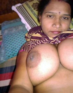 desi indian wife showing huge boobs