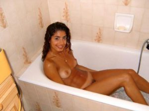hot college hottie bathtub nude pic