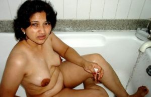 slutty indian amateur chick naked bath picture